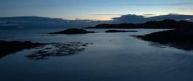 Paesaggio con le rocce in oceano Fotografia Stock