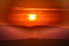 Paesaggio con nebbia e moutains al tramonto Immagini Stock Libere da Diritti