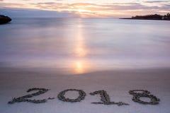Paesaggio con Pinky Foggy Sea At Sunrise ed il decreto 2018 del segno Immagine Stock