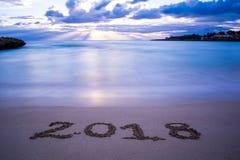 Paesaggio con Pinky Foggy Sea At Sunrise ed il decreto 2018 del segno Fotografia Stock Libera da Diritti
