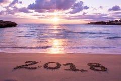 Paesaggio con Pinky Sea At Sunrise And il segno 2018 scritto sopra Immagine Stock