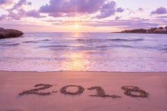 Paesaggio con Pinky Sea At Sunrise And il segno 2018 scritto sopra Fotografia Stock
