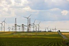 Paesaggio con un agricolo e un parco eolico Fotografia Stock Libera da Diritti
