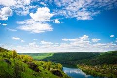 Paesaggio con un fiume e un cielo Immagine Stock