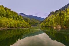 Paesaggio con un lago della montagna fotografia stock
