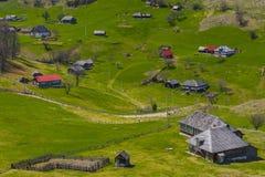 Paesaggio con un paesino di montagna Fotografie Stock Libere da Diritti