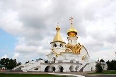 Paesaggio con una chiesa ortodossa nel parco Immagine Stock