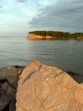 Paesaggio con una pietra al fiume Fotografia Stock Libera da Diritti