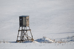 Paesaggio congelato inverno con la torre di caccia sull'altopiano Fotografie Stock