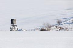 Paesaggio congelato inverno con la torre di caccia sull'altopiano Immagini Stock