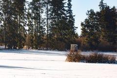 Paesaggio congelato inverno con la torre di caccia sull'altopiano Fotografie Stock Libere da Diritti