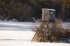 Paesaggio congelato inverno con la torre di caccia sull'altopiano Immagini Stock Libere da Diritti