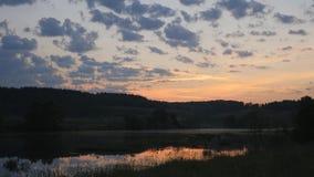 Paesaggio contro lo sfondo del sol levante stock footage