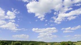 Paesaggio contro un cielo blu con le nuvole bianche intervallo di tempo, al rallentatore video d archivio