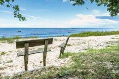 Paesaggio costiero al Mar Baltico con i divani su priorità alta Fotografie Stock