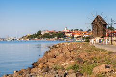 Paesaggio costiero con il vecchio mulino a vento Nessebar Fotografia Stock Libera da Diritti