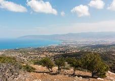 Paesaggio costiero con la città di Latchi nel Cipro, Grecia Immagine Stock