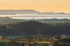 Paesaggio costiero della Nuova Zelanda al tramonto, vista dell'occhio del ` s dell'uccello Immagini Stock