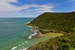 Paesaggio costiero scenico lungo la grande strada dell'oceano guardando dall'allerta del ` s dell'orsacchiotto in Victoria Immagini Stock