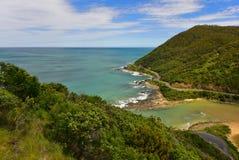 Paesaggio costiero scenico lungo la grande strada dell'oceano guardando dall'allerta del ` s dell'orsacchiotto in Victoria Fotografia Stock