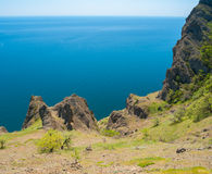 Paesaggio costiero tranquillo sulla catena montuosa vulcanica di Karadag Immagine Stock