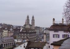 Paesaggio da Zurigo con la chiesa di Grossmunster Immagini Stock