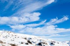 Paesaggio dalle alpi italiane, cielo blu di inverno Immagini Stock