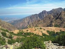 Paesaggio dei alpes corsician delle alte montagne con la La blu della montagna Fotografie Stock Libere da Diritti