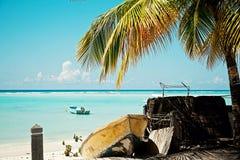 Paesaggio dei Caraibi Palma e barche fotografia stock