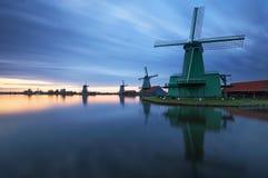 Paesaggio dei mulini a vento olandesi alla notte Fotografia Stock Libera da Diritti