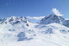 Paesaggio dei picchi di montagna dello sci della neve delle alpi francesi Fotografia Stock