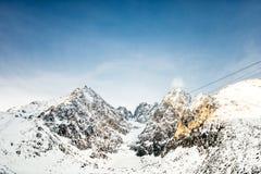 Paesaggio dei picchi e delle scogliere di montagna Montagne di inverno e vista scenica panoramica Fotografie Stock