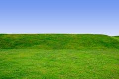Paesaggio del campo verde e del backgroud blu dello spazio fotografia stock libera da diritti