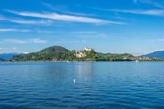 Paesaggio del castello di Angera sul lago Maggiore, Lombardia, Italia Fotografie Stock