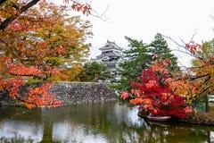 Paesaggio del castello giapponese in autunno fotografie stock
