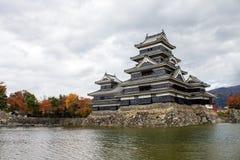 Paesaggio del castello giapponese in autunno immagini stock