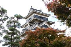 Paesaggio del castello giapponese in autunno fotografie stock libere da diritti