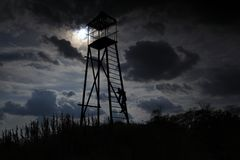 Paesaggio del cielo delle scale della torre dell'orologio immagine stock libera da diritti