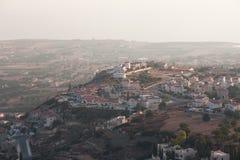 Paesaggio del Cipro con il paesino di montagna Fotografie Stock