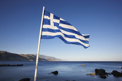 Paesaggio del Cretan con la bandiera greca ed il mare Lybian Immagini Stock Libere da Diritti