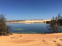 Paesaggio del deserto con il lago nel Vietnam del sud Fotografia Stock Libera da Diritti