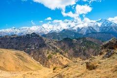 Paesaggio del paesaggio di giorno di molla di alte montagne di Caucaso in re Fotografia Stock Libera da Diritti