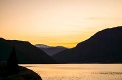 Paesaggio del fiordo durante il tramonto autunnale immagine stock