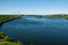Paesaggio del fiume con vegetazione e costruzioni Immagine Stock Libera da Diritti