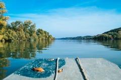 Paesaggio del fiume dalla vecchia barca fotografie stock