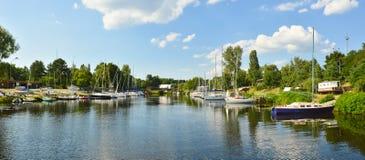 Paesaggio del fiume delle barche a vela Fotografia Stock