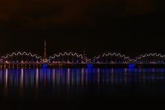 Paesaggio del fiume di notte a Riga, Lettonia Fotografia Stock