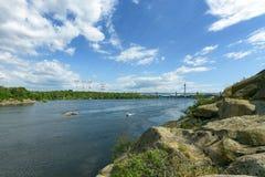 Paesaggio del fiume Dnepr e delle barche Fotografie Stock Libere da Diritti