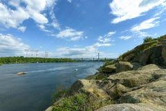 Paesaggio del fiume Dnepr e delle barche Immagini Stock