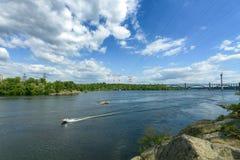 Paesaggio del fiume Dnepr e delle barche Immagini Stock Libere da Diritti